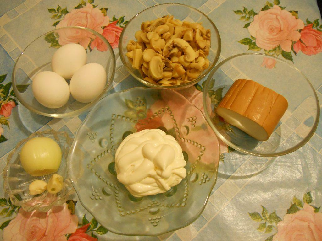 """Фото рецепта - Грибной салат """"Сытый ёжик"""" с сыром и яйцами - шаг 1"""