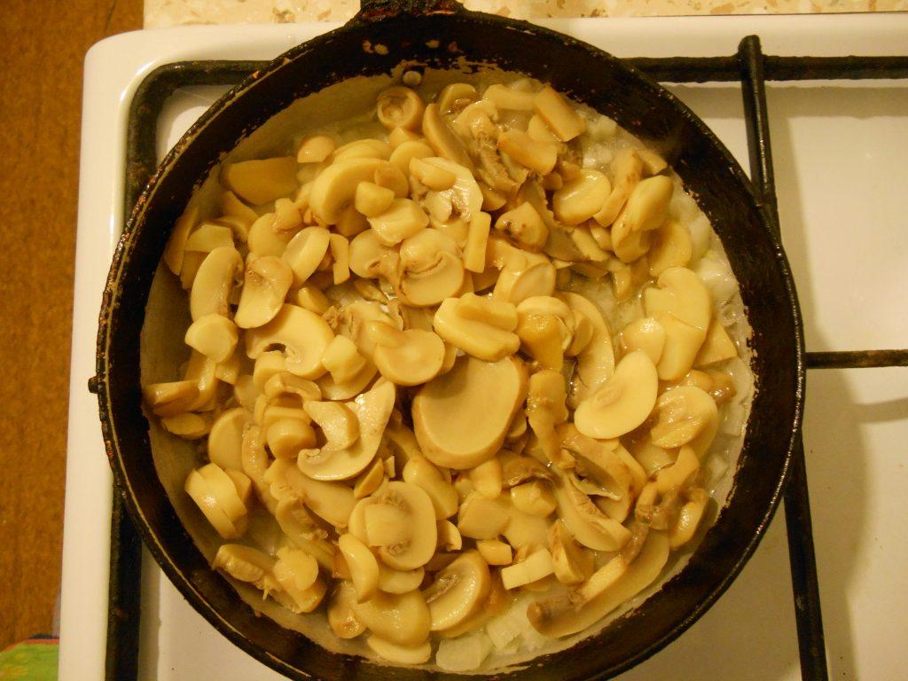 """Фото рецепта - Грибной салат """"Сытый ёжик"""" с сыром и яйцами - шаг 2"""