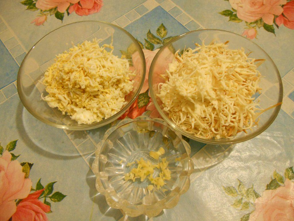 """Фото рецепта - Грибной салат """"Сытый ёжик"""" с сыром и яйцами - шаг 3"""