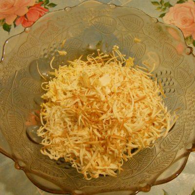 """Фото рецепта - Грибной салат """"Сытый ёжик"""" с сыром и яйцами - шаг 4"""