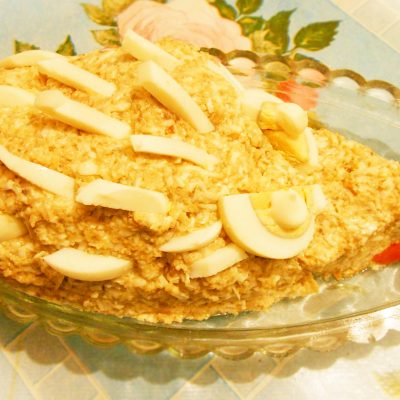 """Грибной салат """"Сытый ёжик"""" с сыром и яйцами - рецепт с фото"""