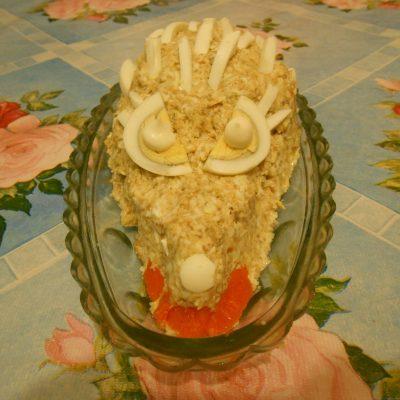 """Фото рецепта - Грибной салат """"Сытый ёжик"""" с сыром и яйцами - шаг 6"""