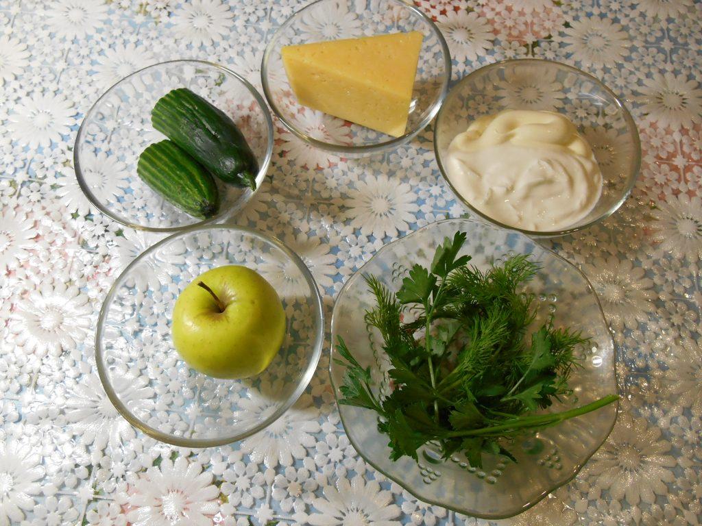 """Фото рецепта - Огуречный салат """"Весенняя нежность"""" с яблоком и сыром - шаг 1"""