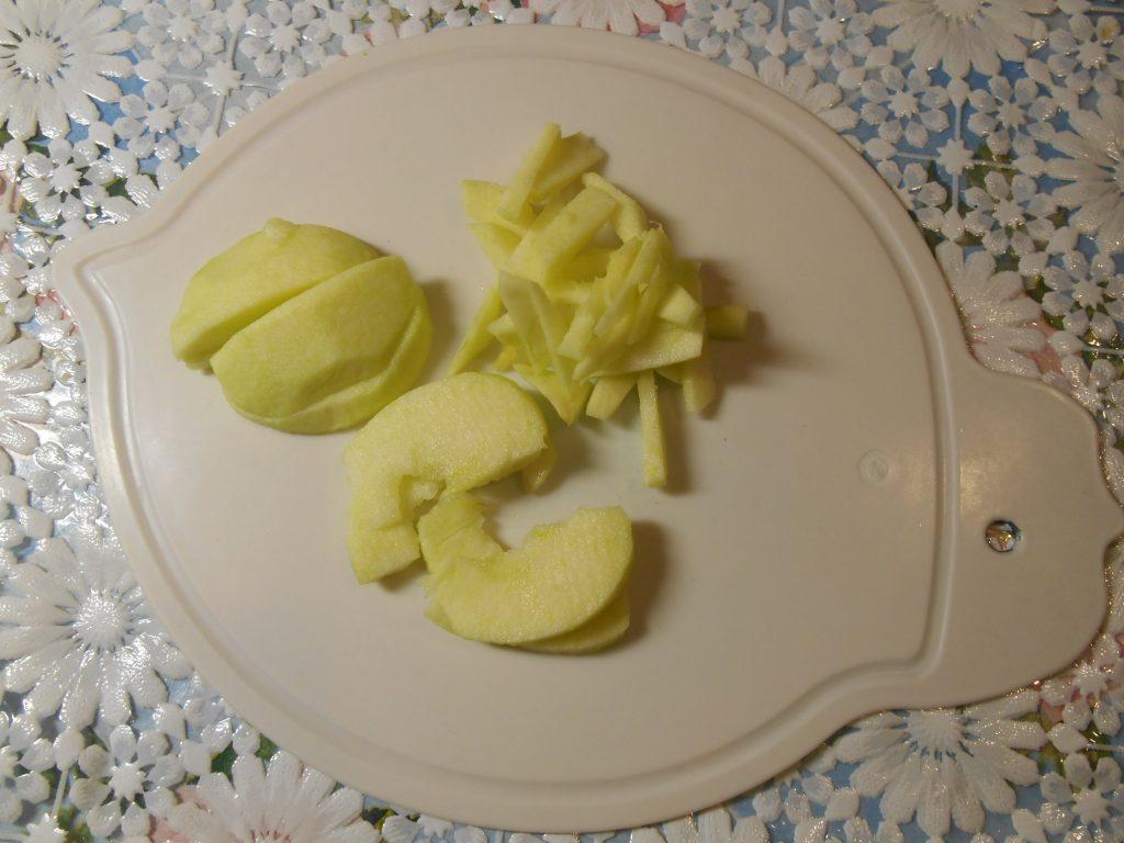 """Фото рецепта - Огуречный салат """"Весенняя нежность"""" с яблоком и сыром - шаг 3"""