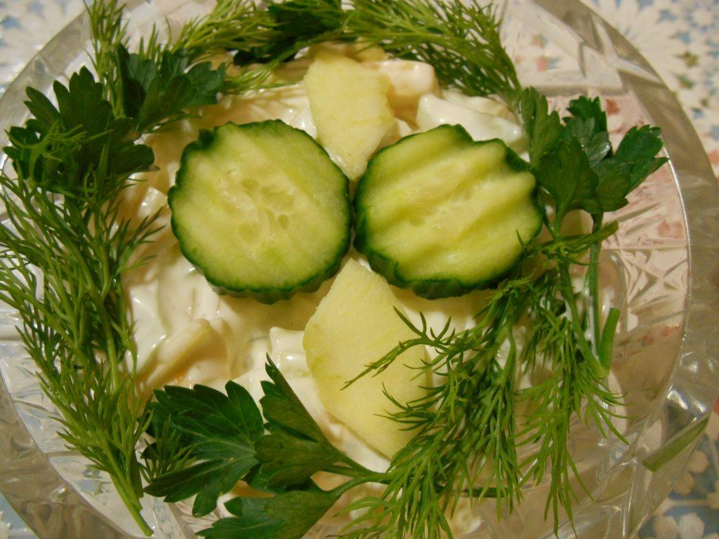 """Фото рецепта - Огуречный салат """"Весенняя нежность"""" с яблоком и сыром - шаг 6"""