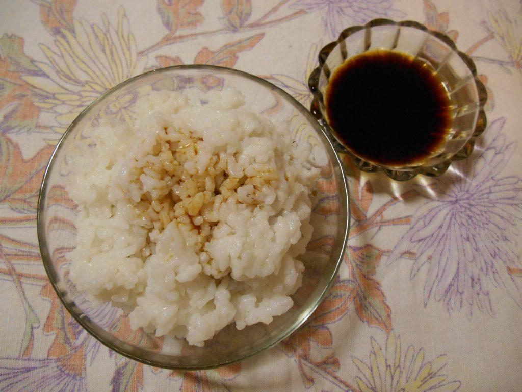 Фото рецепта - Слоёный салат с горбушей, рисом и яйцами - шаг 2