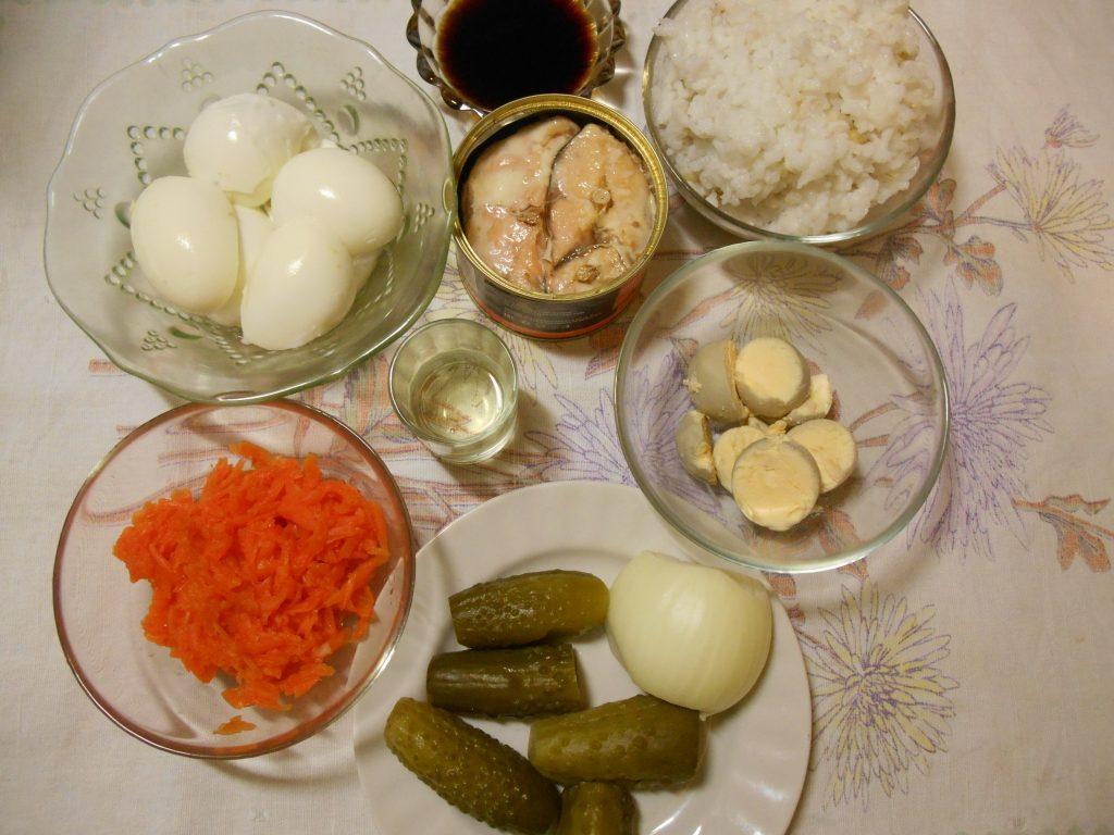 Фото рецепта - Слоёный салат с горбушей, рисом и яйцами - шаг 1