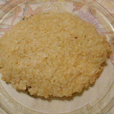 Фото рецепта - Слоёный салат с горбушей, рисом и яйцами - шаг 6