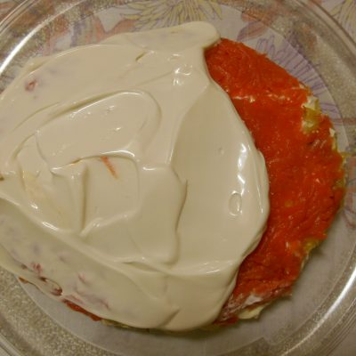 Фото рецепта - Слоёный салат с горбушей, рисом и яйцами - шаг 7