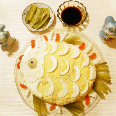 Слоёный салат с горбушей, рисом и яйцами - рецепт с фото