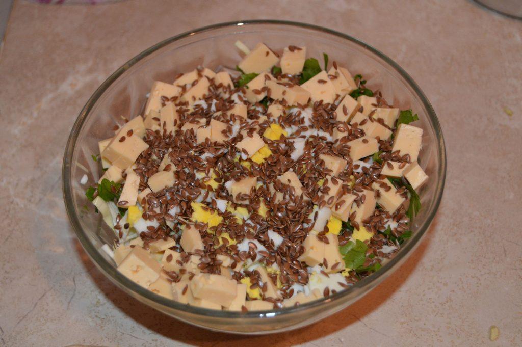 Фото рецепта - Теплый салат из капусты и говядины под соевым соусом - шаг 7