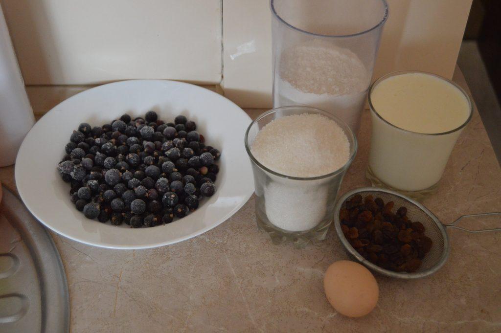 Фото рецепта - Зимний пирог на молоке с замороженными ягодами - шаг 1