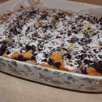 Фото рецепта - Зимний пирог на молоке с замороженными ягодами - шаг 9