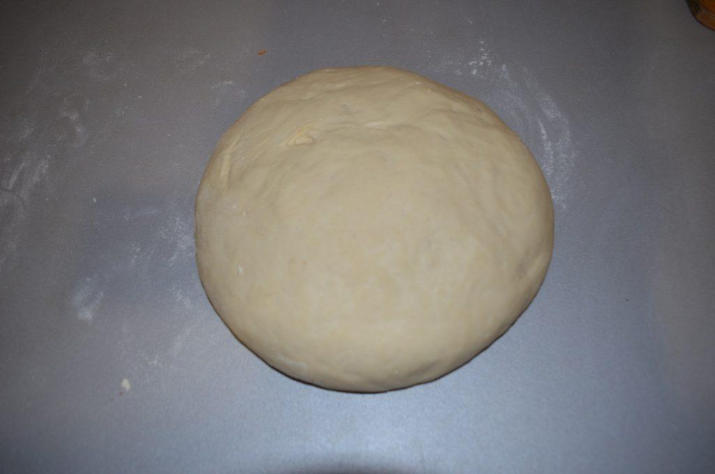 Фото рецепта - Пицца для бюджетников с крабовыми палочками и грибами - шаг 2