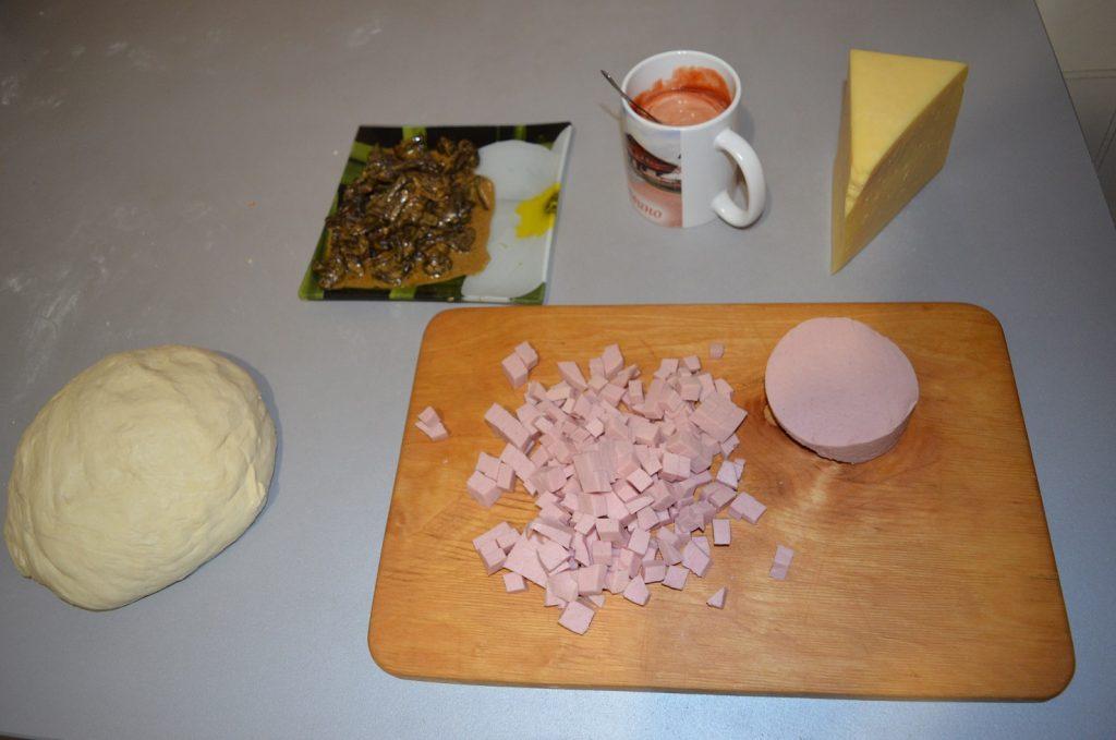 Фото рецепта - Пицца для бюджетников с крабовыми палочками и грибами - шаг 1
