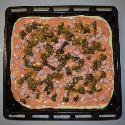 Фото рецепта - Пицца для бюджетников с крабовыми палочками и грибами - шаг 5