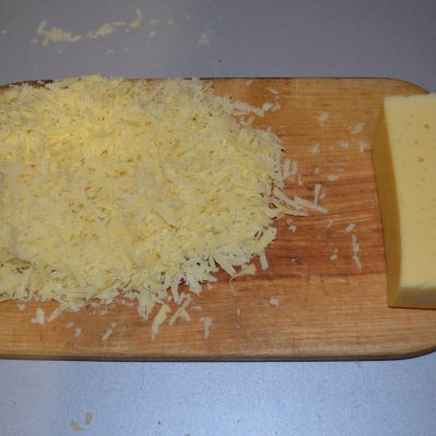 Фото рецепта - Пицца для бюджетников с крабовыми палочками и грибами - шаг 3