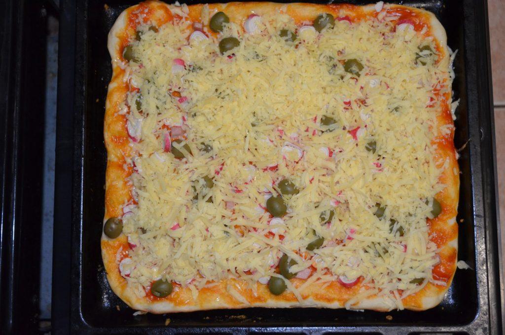 Фото рецепта - Пицца для бюджетников с крабовыми палочками и грибами - шаг 6