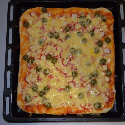 Фото рецепта - Пицца для бюджетников с крабовыми палочками и грибами - шаг 7