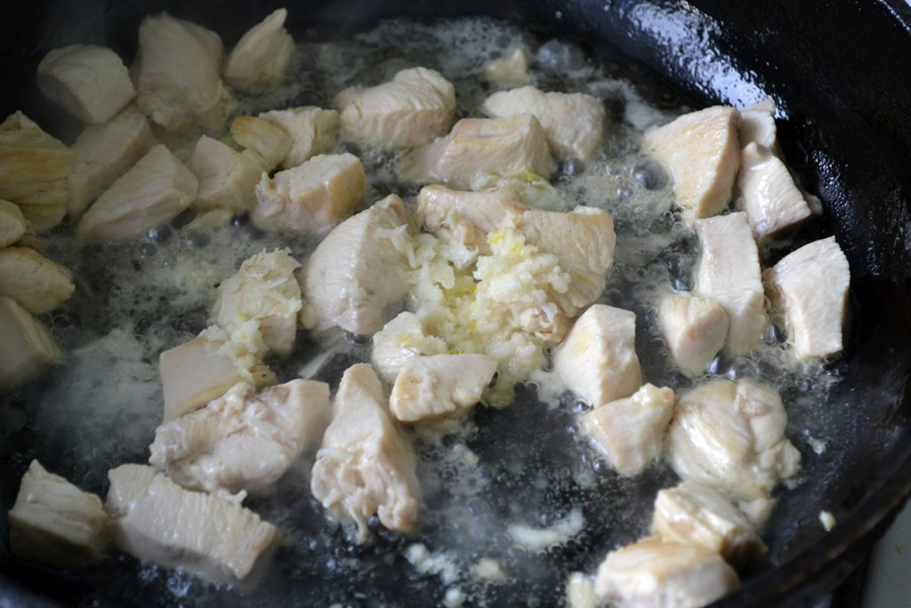 Фото рецепта - Макароны с соусом карбонара и куриной грудкой - шаг 4