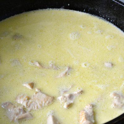 Фото рецепта - Макароны с соусом карбонара и куриной грудкой - шаг 5