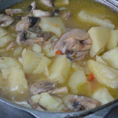 Фото рецепта - Жаркое с курицей и грибами - шаг 7