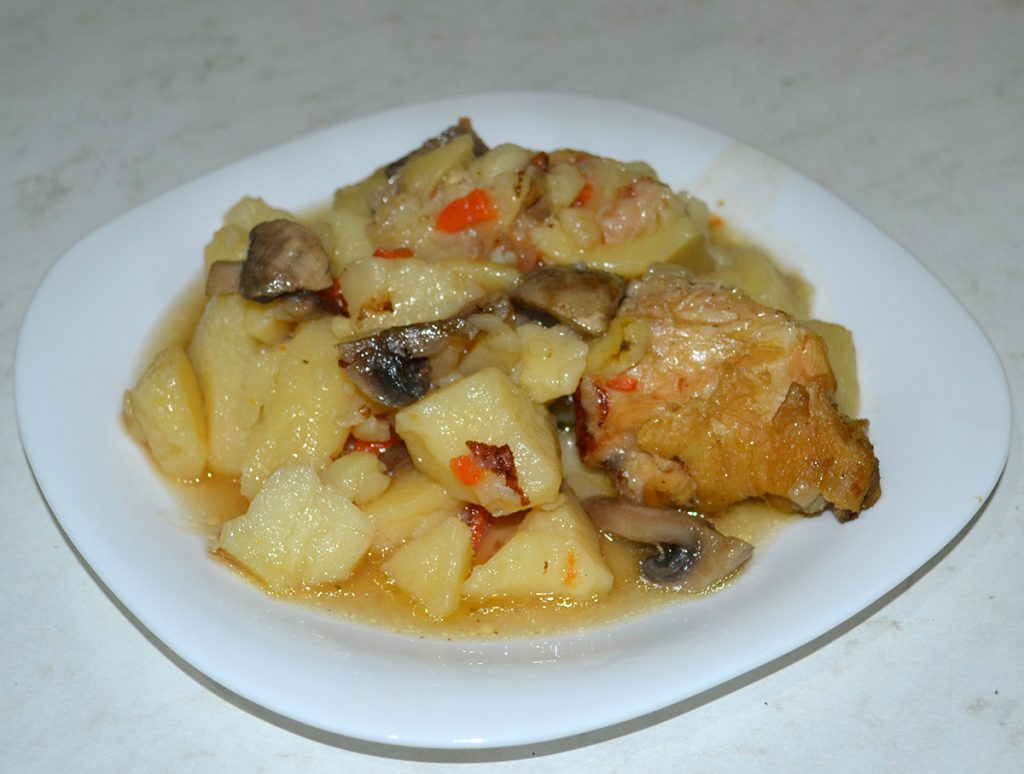 Фото рецепта - Жаркое с курицей и грибами - шаг 8
