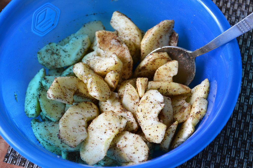 Фото рецепта - Заливная шарлотка с яблоками - шаг 5