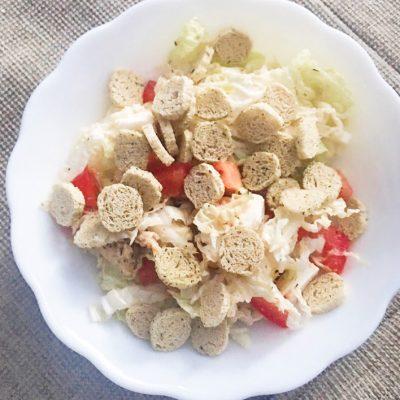 Греческий салат из пекинской капусты с куриной грудкой - рецепт с фото