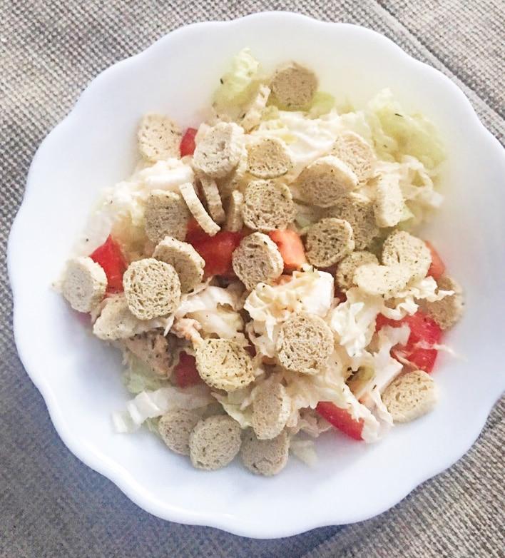 Греческий салат из пекинской капусты с куриной грудкой
