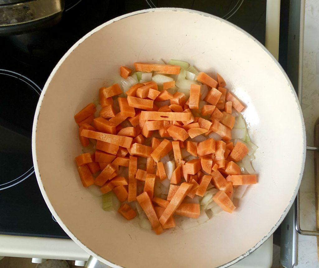Фото рецепта - Тушеная капуста с говяжьей колбасой и помидорами - шаг 2