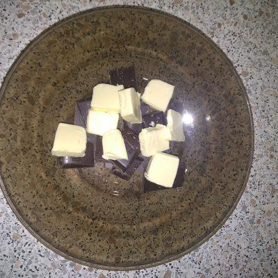 """Фото рецепта - Бисквитный торт """"Панчо"""" на сметане с ананасами - шаг 7"""