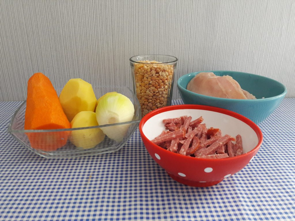 Фото рецепта - Гороховый суп с колбаской и грудкой - шаг 1