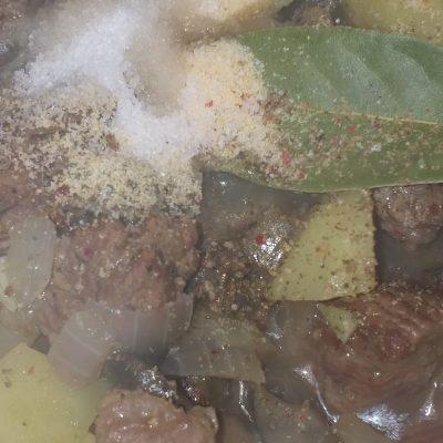 Фото рецепта - Жаркое из говядины с грибами в сметанном соусе - шаг 5