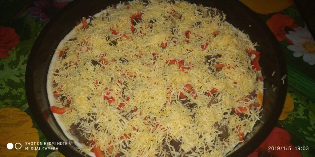 Фото рецепта - Домашняя пицца на дрожжевом тесте с фаршем и грибами - шаг 6
