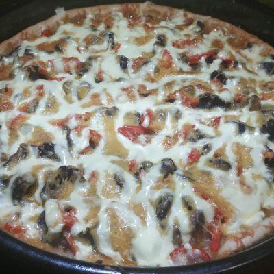 Фото рецепта - Домашняя пицца на дрожжевом тесте с фаршем и грибами - шаг 8