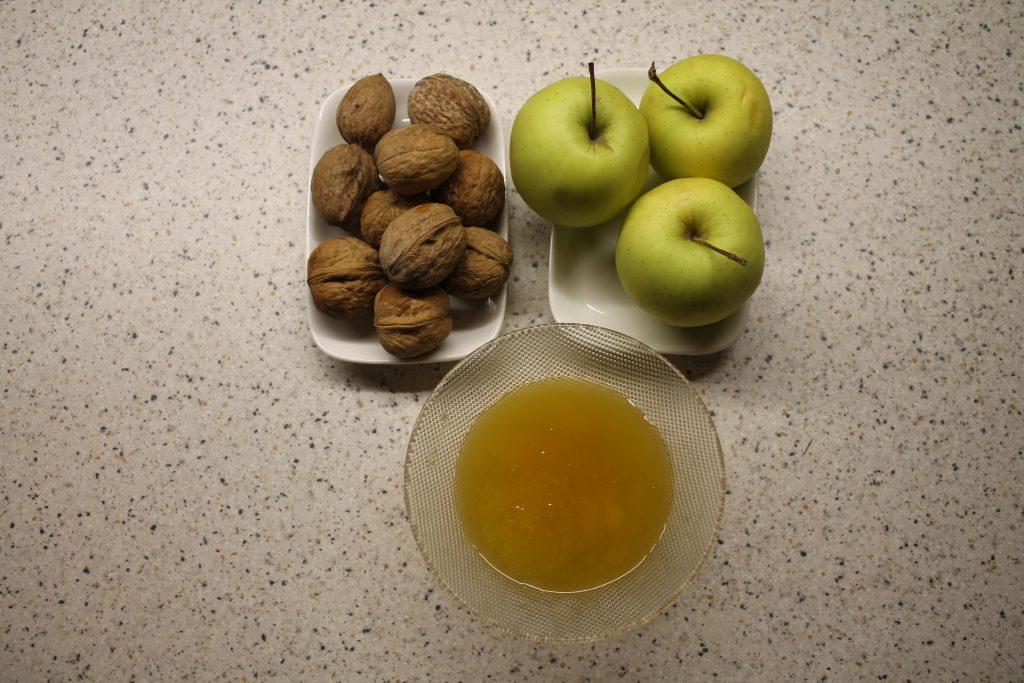 Фото рецепта - Фаршированные яблоки с медом и орехами за 5 минут - шаг 1