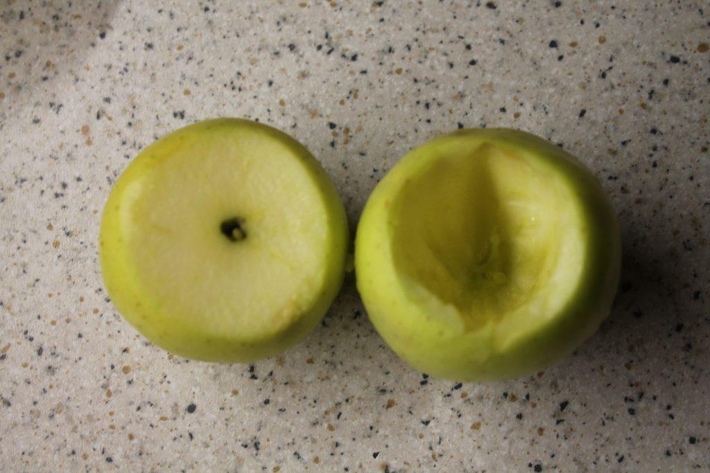 Фото рецепта - Фаршированные яблоки с медом и орехами за 5 минут - шаг 2