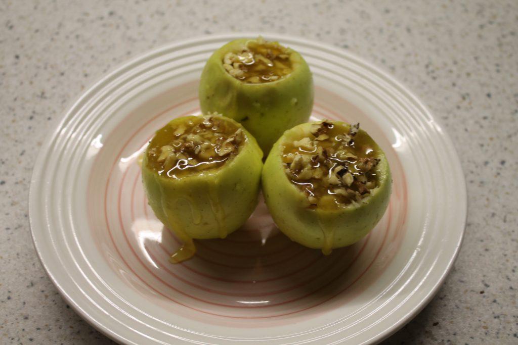 Фото рецепта - Фаршированные яблоки с медом и орехами за 5 минут - шаг 3