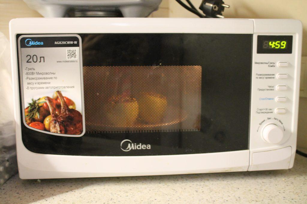 Фото рецепта - Фаршированные яблоки с медом и орехами за 5 минут - шаг 4