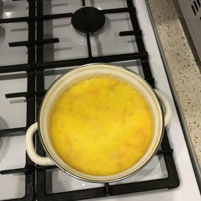 Фото рецепта - Сливочный суп с горбушей и картофелем - шаг 4