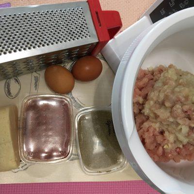 Фото рецепта - Домашние куриные сосиски с сыром в пленке - шаг 1