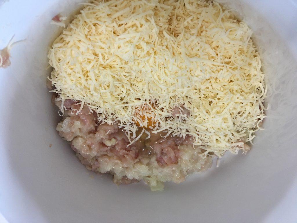 Фото рецепта - Домашние куриные сосиски с сыром в пленке - шаг 3