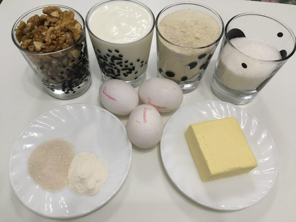 Фото рецепта - Манник на кефире с орешками - шаг 1