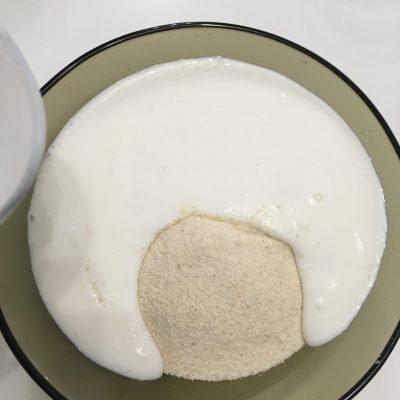 Фото рецепта - Манник на кефире с орешками - шаг 2