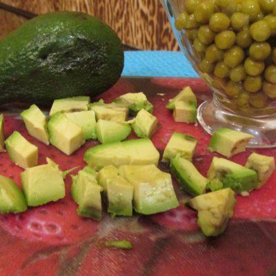 Фото рецепта - Салат с тунцом, авокадо и пекинской капустой - шаг 2