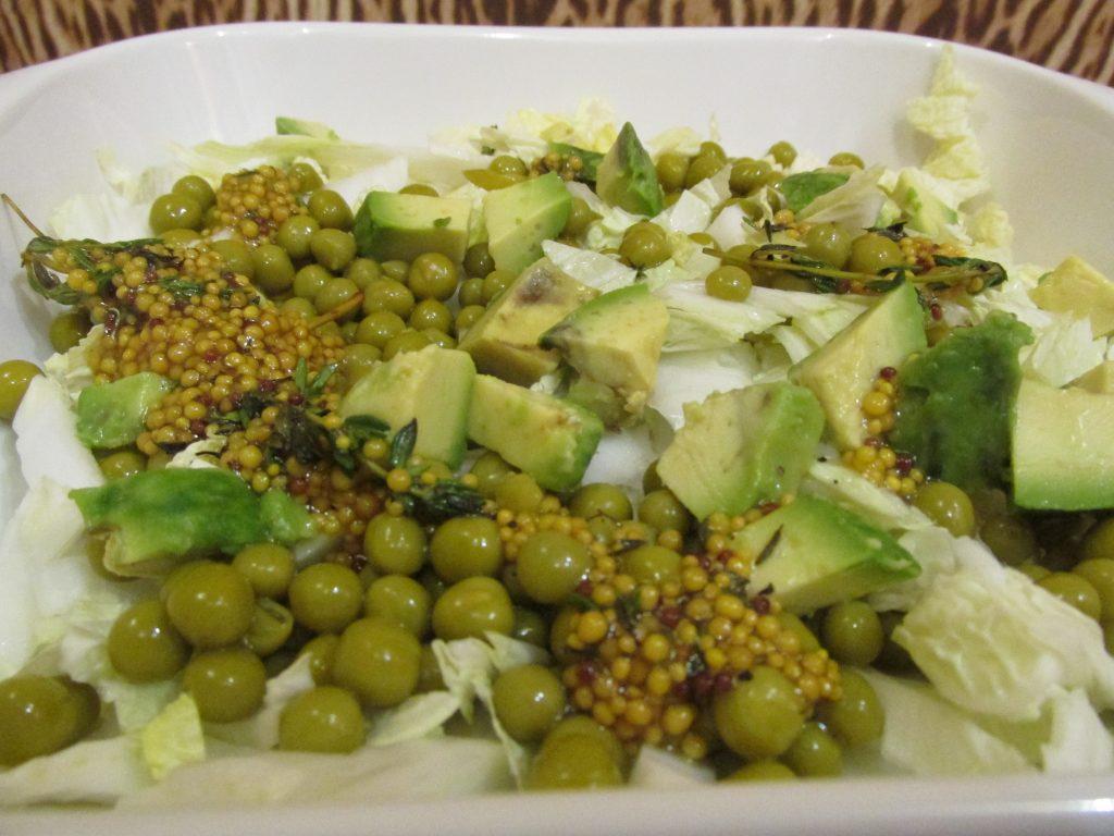 Фото рецепта - Салат с тунцом, авокадо и пекинской капустой - шаг 4