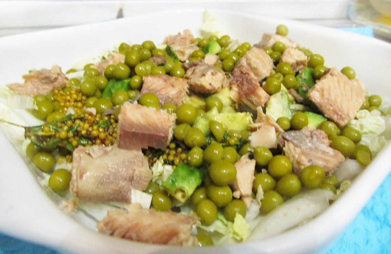 Салат с тунцом, авокадо и пекинской капустой