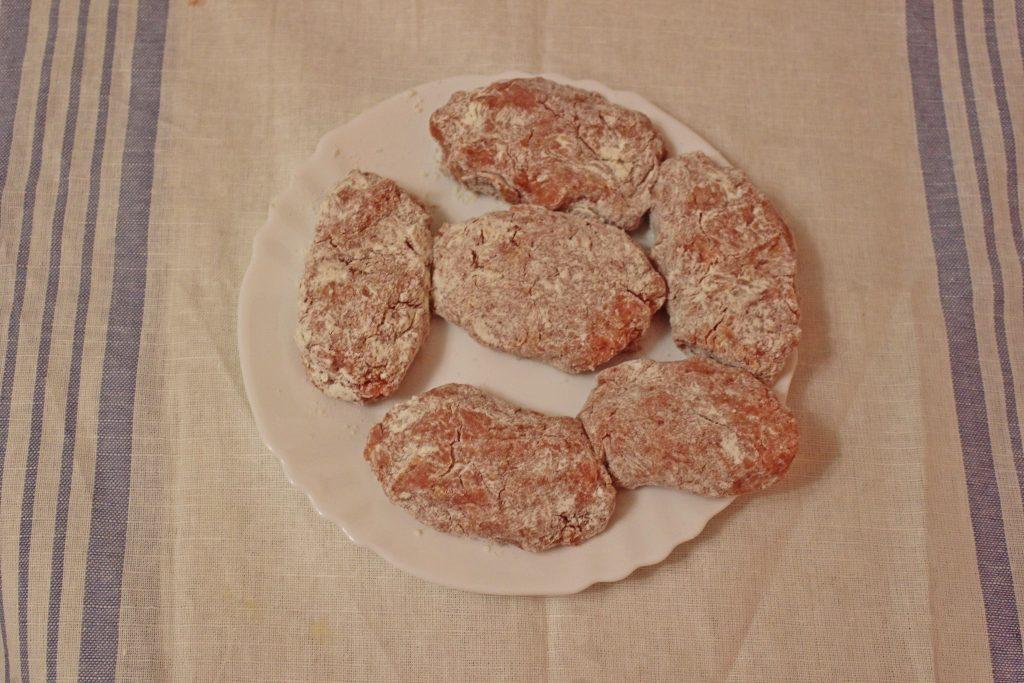 Фото рецепта - Котлетки из индейки под творожно-чесночным соусом - шаг 2