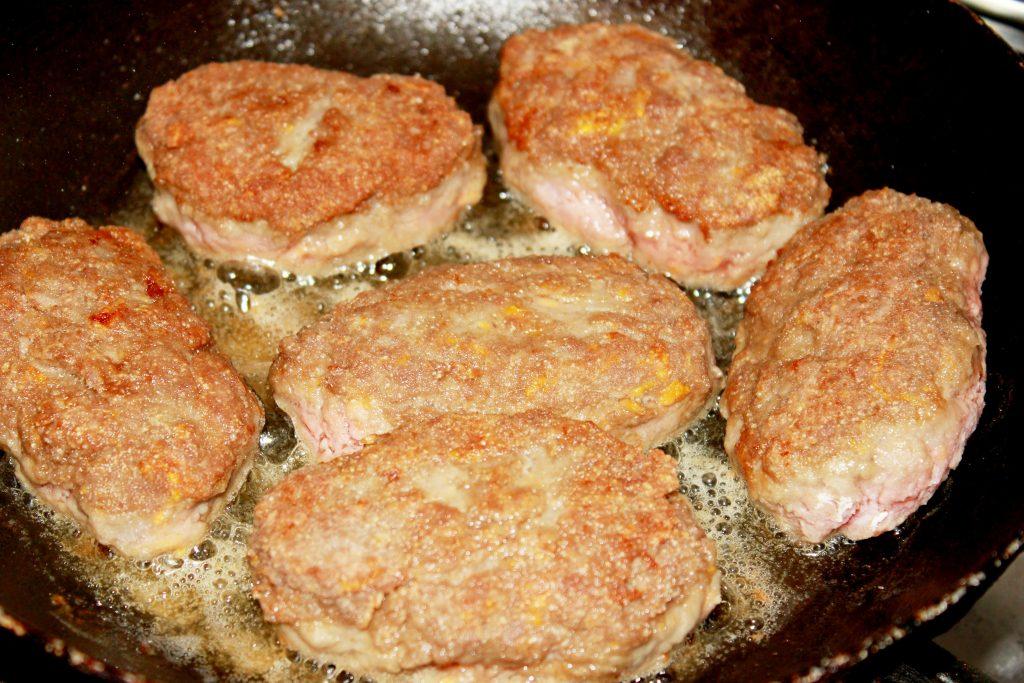 Фото рецепта - Котлетки из индейки под творожно-чесночным соусом - шаг 3